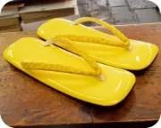 黄色エナメル草履に小桜柄印伝花緒