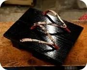 黒捌き真角に赤裏ニシキヘビ革花緒