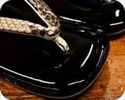 本革エナメル草履にニシキヘビ革花緒 前壷