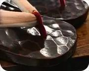 鎌倉彫相右近にぼかし縞柄福林花緒 前壷