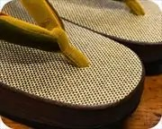 シコロ張り舟形に編み三石花緒 前壷