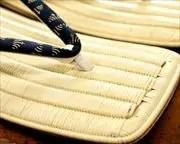 縞柄入り籐表雪駄に菖蒲柄印伝江戸褄花緒 前壷