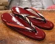 赤エナメルの夫婦草履 前壷
