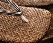 茶パナマ草履に縞柄革花緒 前壷