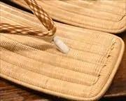 生成籐表雪駄に交差縞ふすべ印伝花緒 前壷