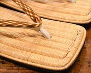 生成籐表雪駄に交差縞柄ふすべ印伝花緒 前壷