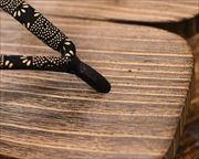 焼き砥の粉大下方に爪唐草柄印伝花緒 前壷