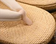 パナマ草履に金魚柄刺繍花緒 前壷