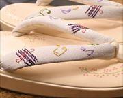 柄入り革草履に音符柄刺繍花緒 前壷アップ